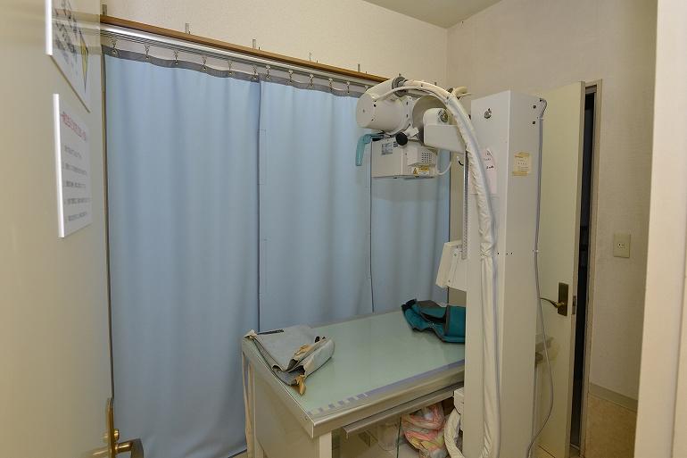 レントゲン室。仰向け、横向きになって、内臓、骨、筋肉など外からではわからない異常をみつけます。